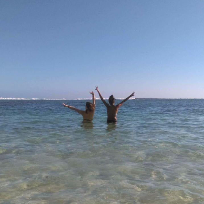 2 filles de dos dans la mer