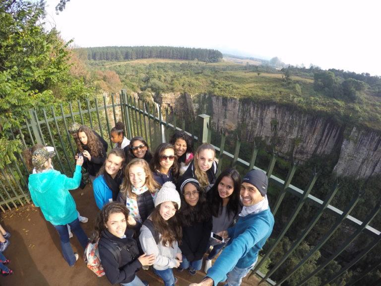 Photo de groupe en Afrique du Sud, devant une cascade.