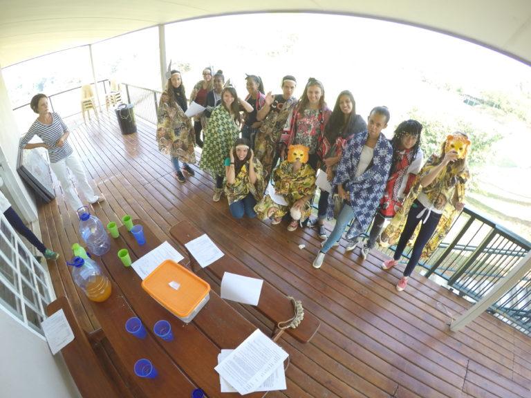 Photo de groupe en Afrique du Sud, déguisé pour une pièce de théâtre.