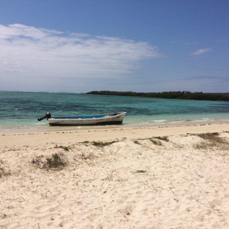 Photo sur la plage avec un bateau échoué