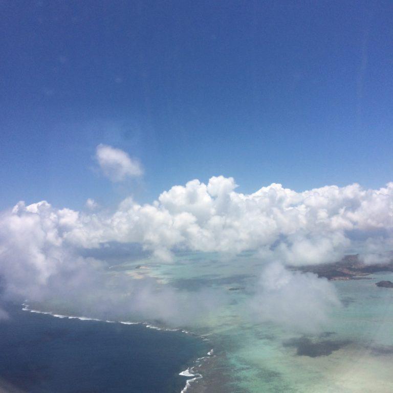 Photo aérienne d'une partie de l'île Rodrigues, avec des nuages.