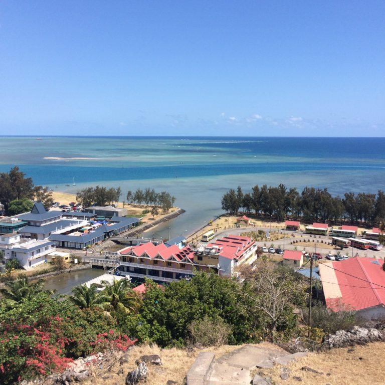 Photo avec vue sur le marché de l'île Rodrigues, au loin on peut voir l'océan.